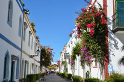 Färgrik gatasikt i staden Puerto de Mogan, Gran Canaria, Arkivfoto