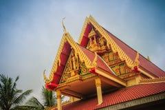 Färgrik gavel av den offentliga buddistkyrkan i landsbygdnollan Royaltyfri Fotografi