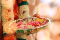 Färgrik girland för indisk traditionell kultur från nya blommor med södra indiska bröllopritualer med ljus fotografering för bildbyråer