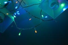 Färgrik girland på ljuskronan Arkivbild
