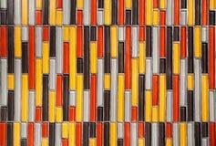 Färgrik glass vertikal rektangulär belagd med tegel väggbakgrund mångfärgade tegelplattor Royaltyfri Fotografi