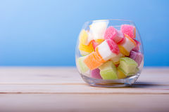 Färgrik godis i krus på tabellen Fotografering för Bildbyråer