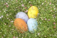 Färgrik gräns för påskägg vid gruppen av blommabakgrund Royaltyfria Bilder