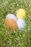 Färgrik gräns för påskägg vid gruppen av blommabakgrund Arkivbilder