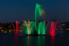 Färgrik gräsplan och röda springbrunnar på natten Royaltyfria Bilder
