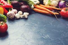 Färgrik grönsakbakgrund Nya grönsaker på svart backgr Royaltyfri Fotografi