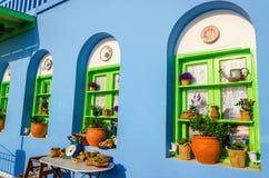 Färgrik grekisk restaurang med den typiska blåa väggen Royaltyfri Foto
