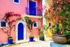 Färgrik Grekland serie - charmiga gator av den Assos byn i Ke Royaltyfri Bild
