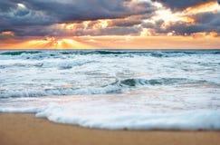 Färgrik gryning över havet Arkivfoto