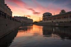 Färgrik gryning på floden Fontanka i St Petersburg, Ryssland royaltyfria foton