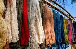 Färgrik hängande rå bomull Royaltyfri Bild