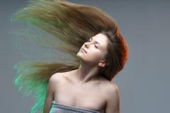 Färgrik härlig ung kvinna som poserar fantasistående kulört L Royaltyfria Foton