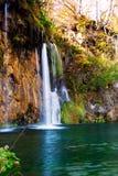 Färgrik höst och vattenfall i Plitvice medeltalen för sjömedborgare Arkivfoto