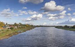 Färgrik höstflodstrand i Jekabpils, Lettland Royaltyfri Foto