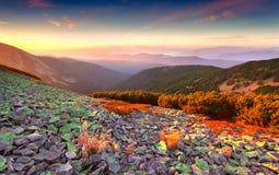 Färgrik höstsoluppgång i berg Arkivfoton