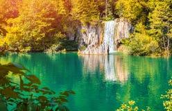 Färgrik höstsoluppgång i Plitvice sjönationalparken Arkivfoto