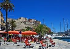 Färgrik hamn med citadelen, Calvi, Corsica Arkivfoton