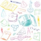 Färgrik hand drog skolasymboler Barnteckningar av bollen, böcker, blyertspennor, linjaler, flaska, kompass, pilar Royaltyfria Foton