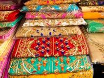 Färgrik handbroderi på tyg av indiska konstnärer royaltyfri bild