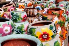 färgrik handcrafted krukmakeri för lera Royaltyfri Fotografi