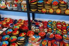 Färgrik handcrafted krukmakeri på skärm Royaltyfria Bilder