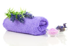 Färgrik handduk med lavendelblomman och aromatiskt salt för bad Royaltyfria Foton