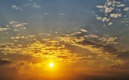 Färgrik himmel för härlig solnedgång 1 bakgrund clouds den molniga skyen Arkivfoton