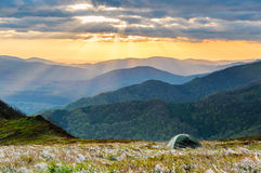Färgrik himmel i Tatras över ditt lägerställe Arkivfoton