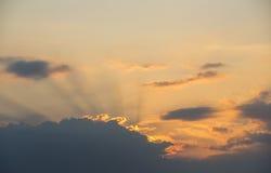 Färgrik himmel med härliga moln Arkivfoton