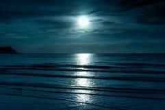 Färgrik himmel med molnet och den ljusa fullmånen över seascape arkivbild