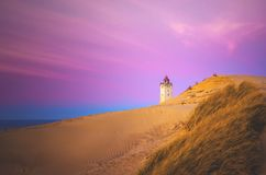 Färgrik himmel och dyn på Rubjerg Knude i Danmark royaltyfri foto