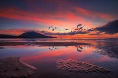 Färgrik himmel reflekterar in till jordvatten Royaltyfri Bild