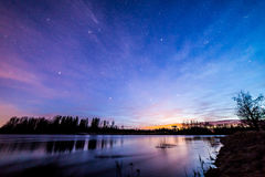 Färgrik himmel vid floden Royaltyfri Bild