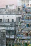 Färgrik hinduisk tempel för foto på en bakgrund av gråa grannskapar som filmas i staden av Varanasi, Indien 2009 Arkivfoton