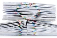 Färgrik hjärta-formad paperclip överst av högöverbelastningsskrivbordsarbete Fotografering för Bildbyråer