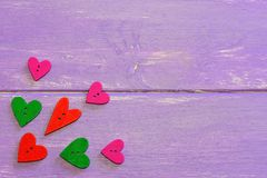 Färgrik hjärta formade knappar Förälskelsehjärtaträknappar i olika färger Purpurfärgad träbakgrund med kopieringsutrymme för text Royaltyfria Foton