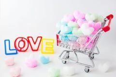 Färgrik hjärta i shoppingvagn, älskar färgrik skumhjärta Arkivfoton