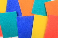 Färgrik hushålllokalvårdsvamp för att göra ren Arkivbilder