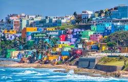 Färgrik huslinje havframdelen i San Juan, Puerto Rico Royaltyfri Bild