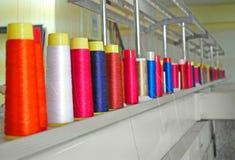 Färgrik industriell sömnadtråd arkivfoto
