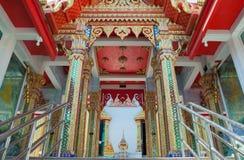 Färgrik ingång av predikankorridoren i en kloster royaltyfri fotografi
