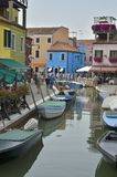 Färgrik italiensk by Arkivfoton