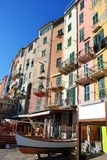färgrik italiensk sjösidatown Royaltyfri Foto