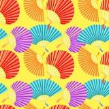 Färgrik japansk fan för sömlös modell av på en gul bakgrund Arkivbild