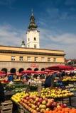 Färgrik jordbruksproduktermarknad i stadfyrkant Arkivbilder