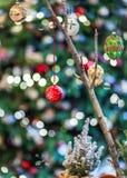 Färgrik jul som ställer in med frost och naturligt trä royaltyfria foton
