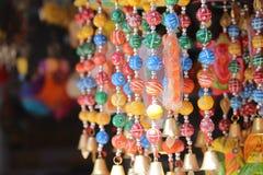 Färgrik juvelerare på marknadssida arkivfoton