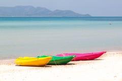 Färgrik kajak på stranden Arkivbilder