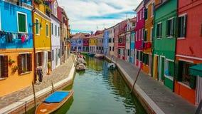 Färgrik kanalplats i Burano, en ö i den Venetian lagun royaltyfria bilder