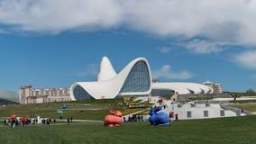 Färgrik kanin skulpterar framme av Heydar Aliyev Centre, Baku, Azerbajdzjan arkivbilder